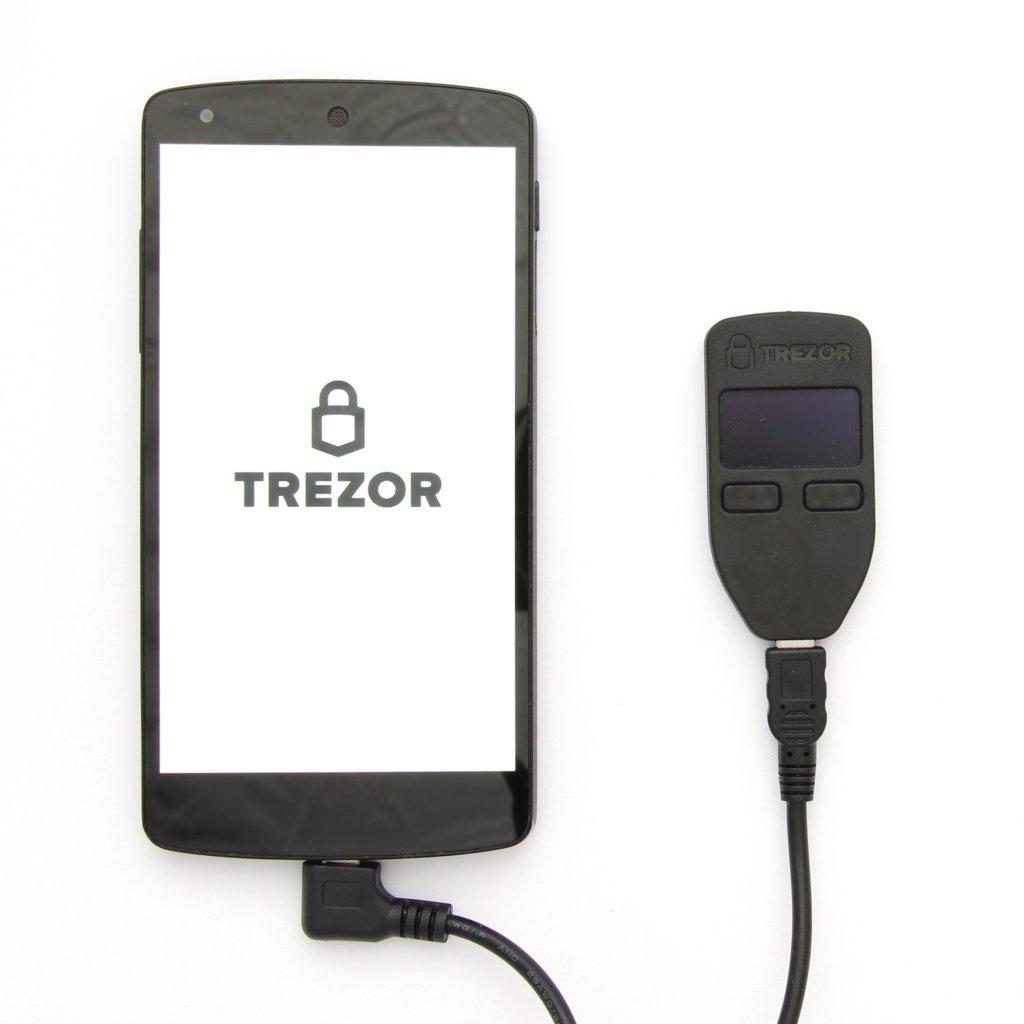Trezor Karton Lieferumfang USB OTG Kabel angeschlossen